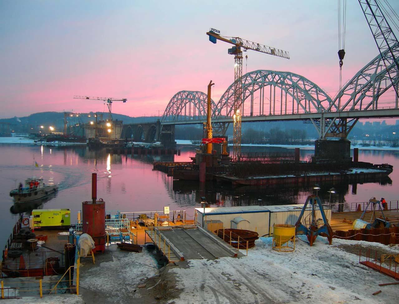 Зведення Дарницького мосту у Києві