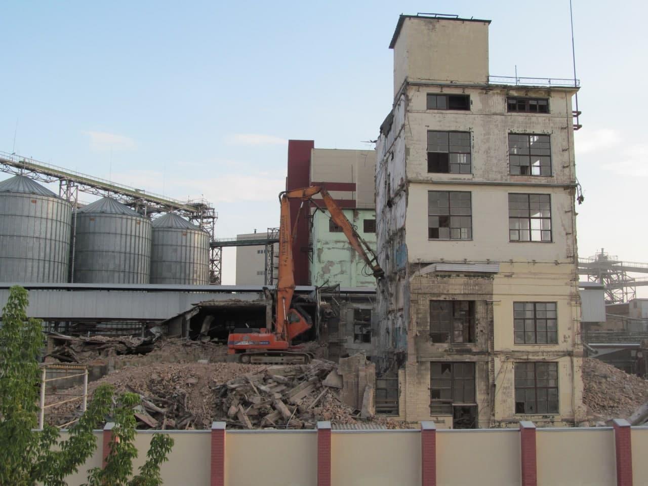 Вересень 2018 року. Демонтаж старого корпусу заводу.