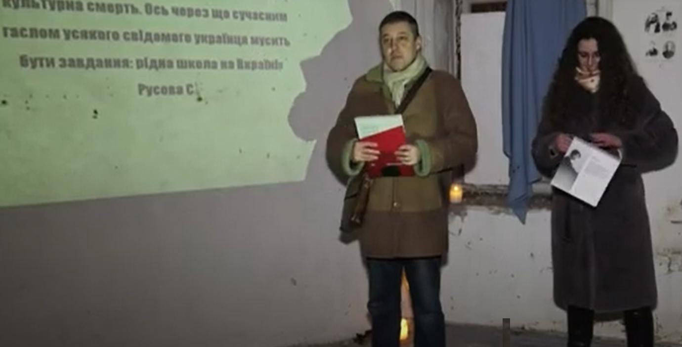 Олег Пустовгар вручив календар громадській активістці Анастасії Городчаніній