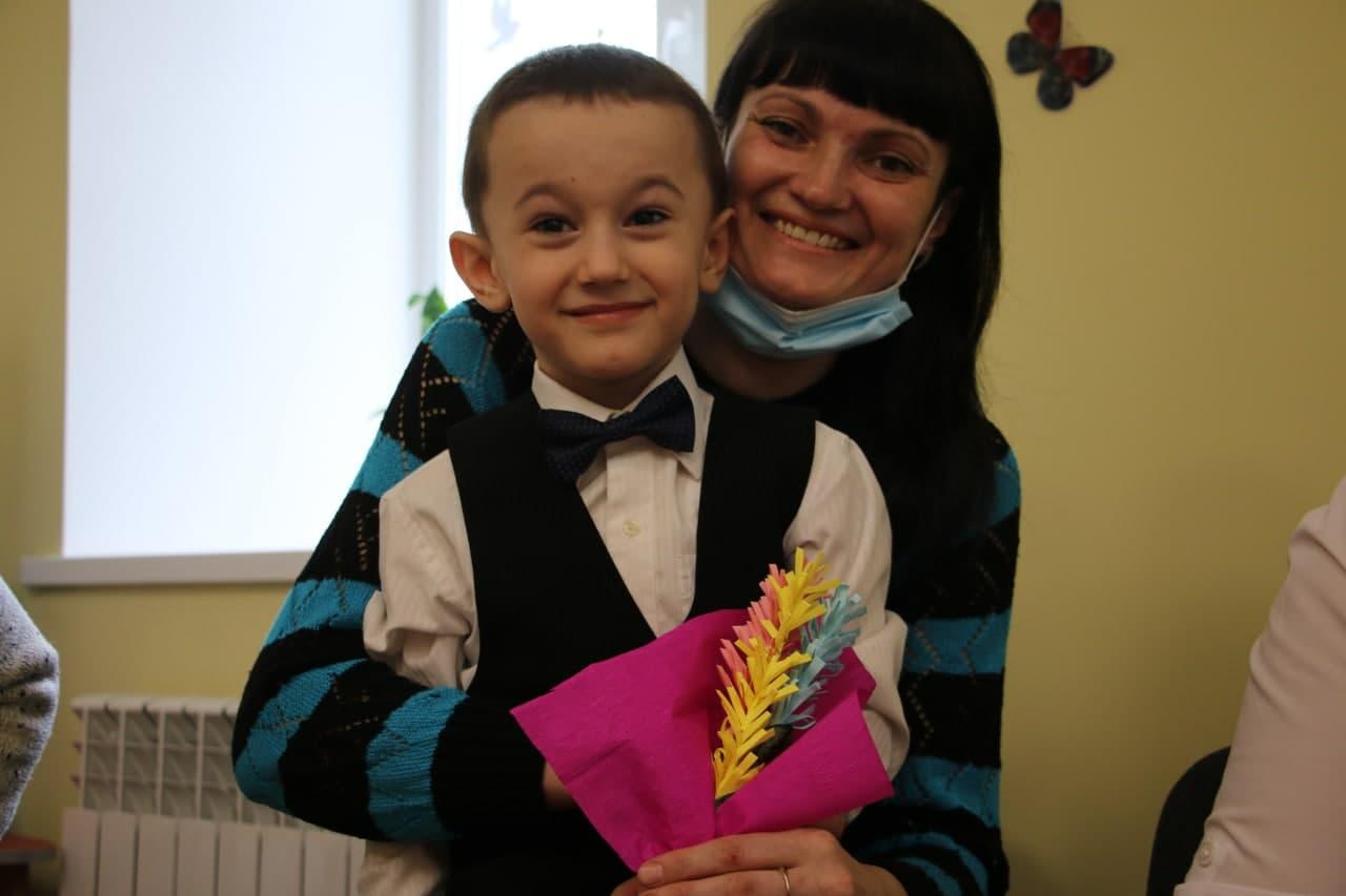 Вихованець Степанівського дитсадка «Веселка» Матвій Халімулін з мамою Іриною.JPG