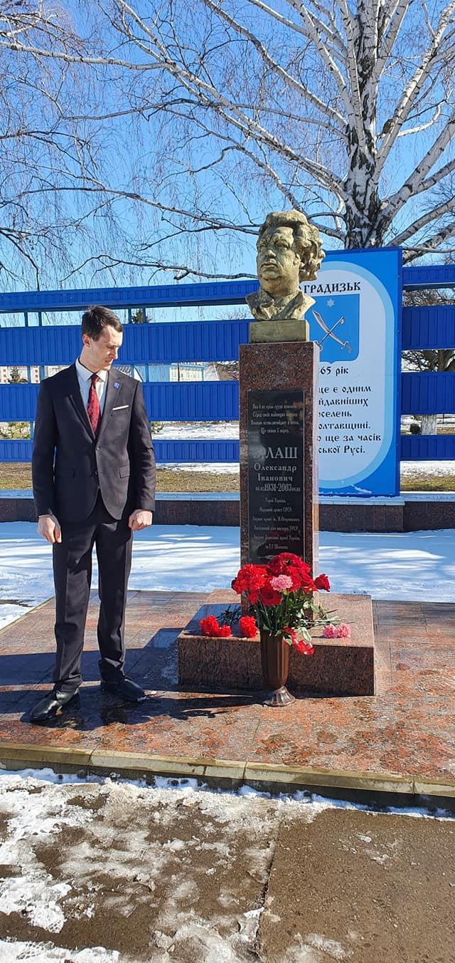 Очільник Градизької ОТГ Мирослав Носа біля пам'ятника Олександру Білашу