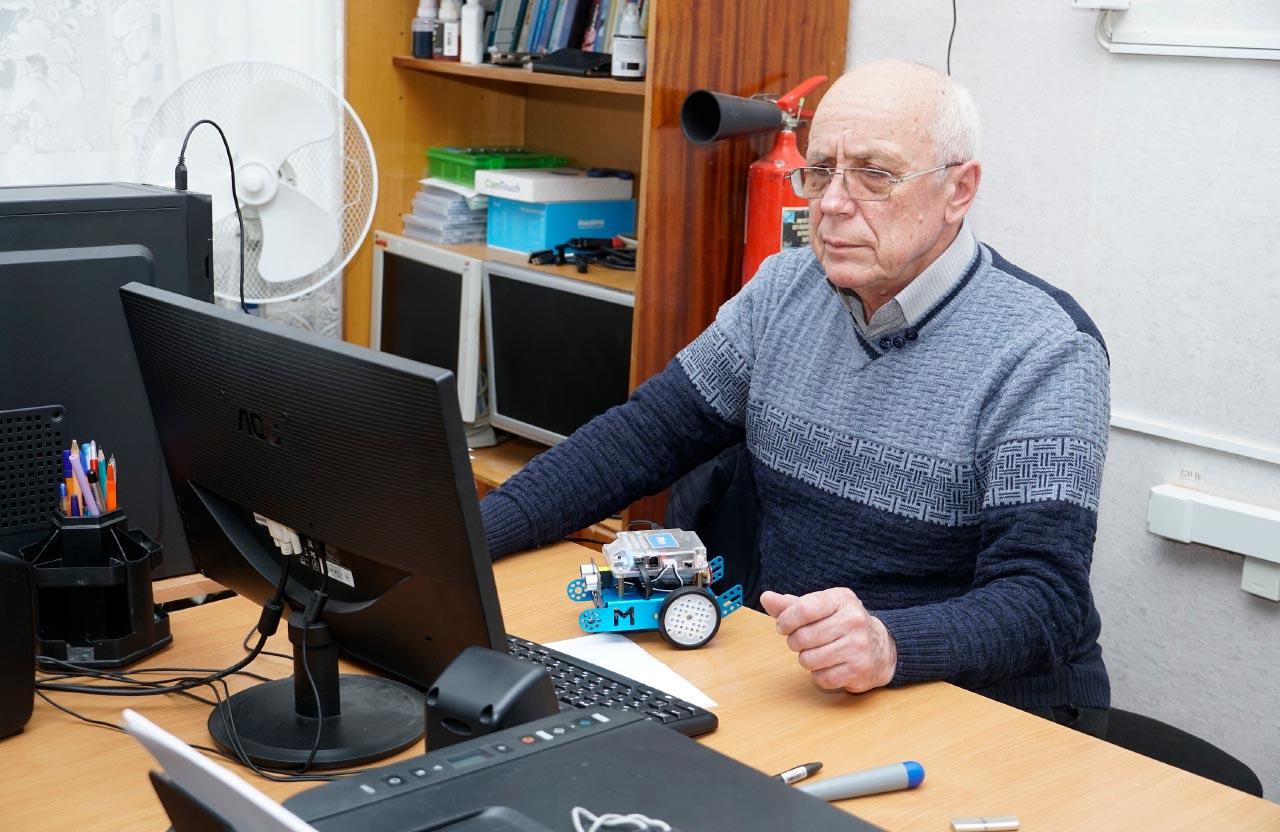 Керівник гуртка Василь Пісковий