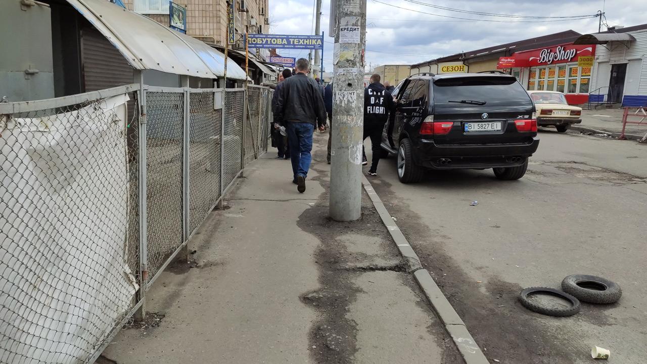 На господарчому ринку «залізяки» продавці торгували «з-під поли».