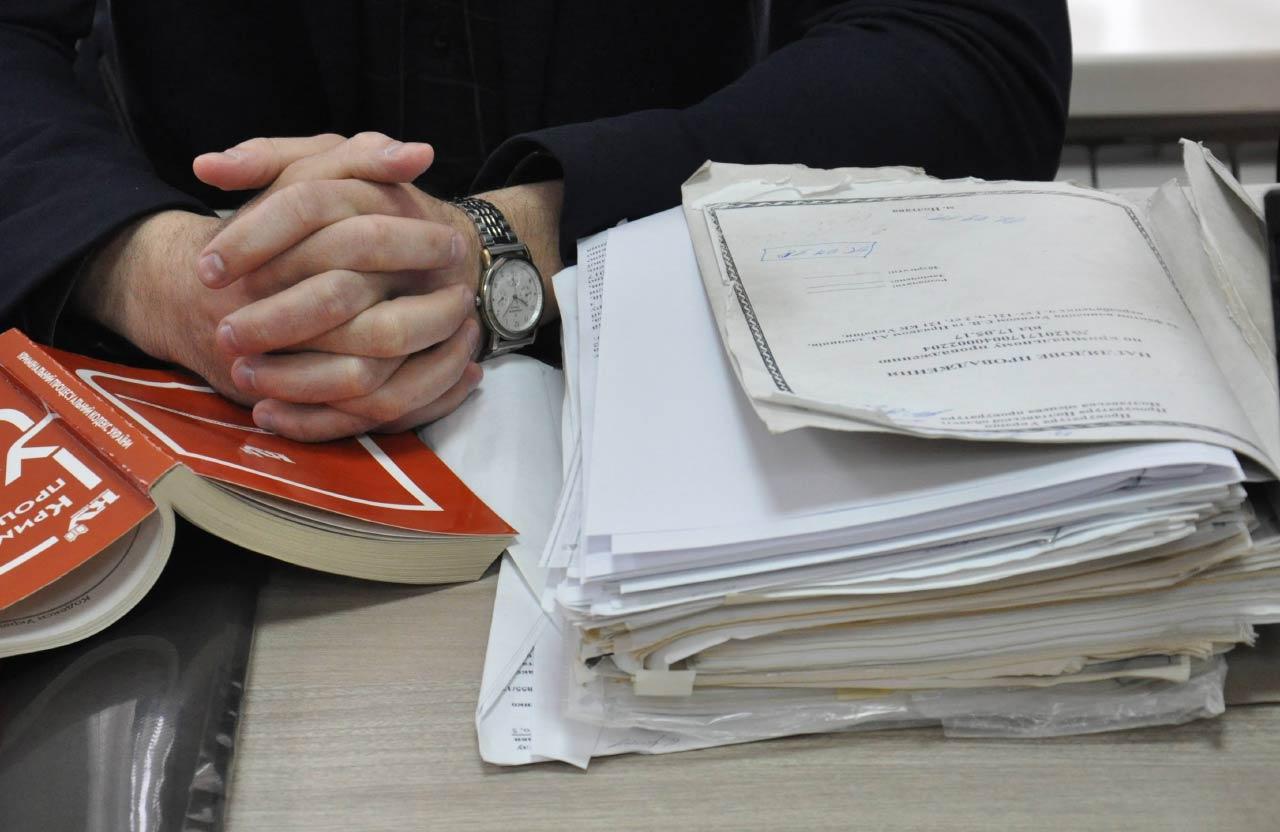 Цей стос документів — лише частина усіх матеріалів одного кримінального провадження