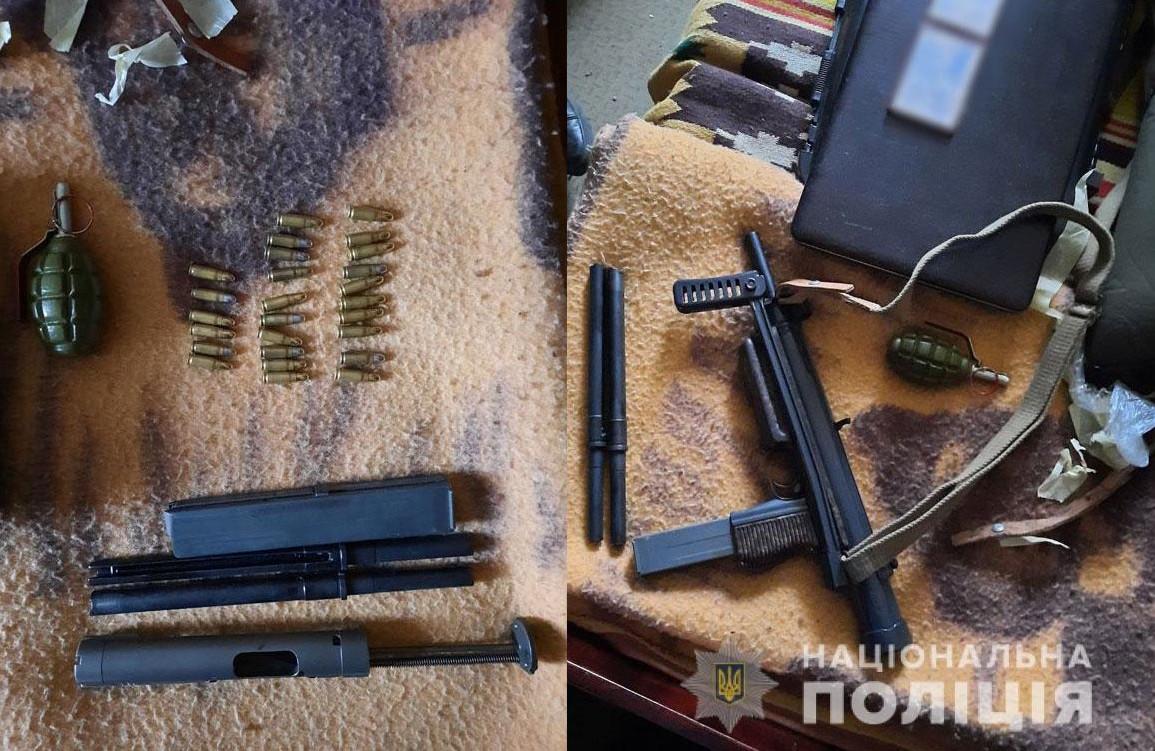 Праворуч — пістолет-кулемет CZ-26