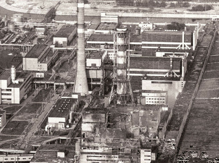 Архівне фото зруйнованого вибухом четвертого енергоблоку Чорнобильської АЕС