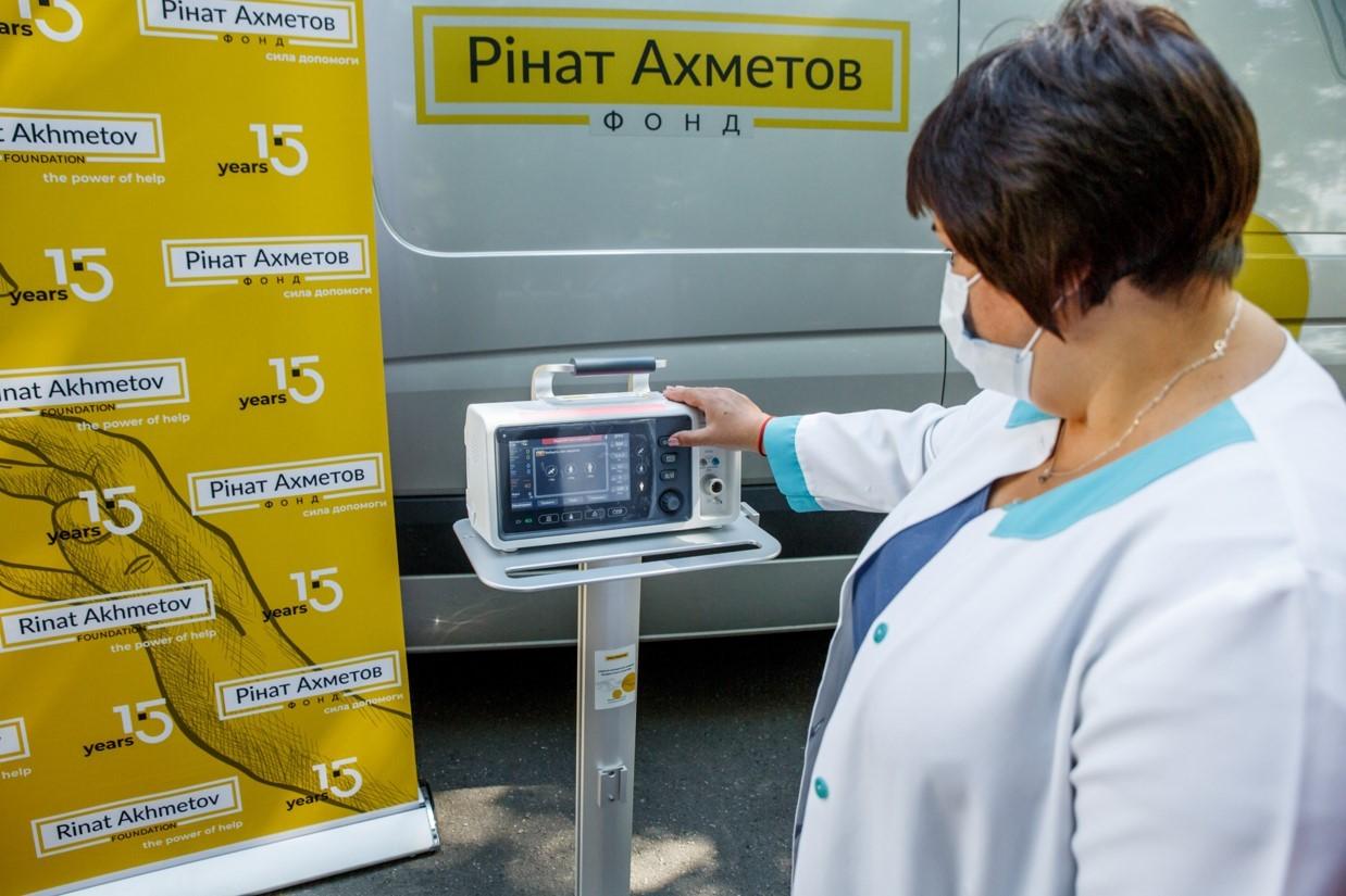 Один із апаратів ШВЛ, які Фонд Ріната Ахметова передав у Полтавську область