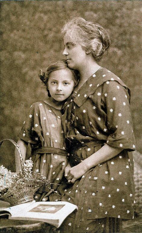 Ольга Петлюра з донькою Лесею, Прага, 1920 рік.