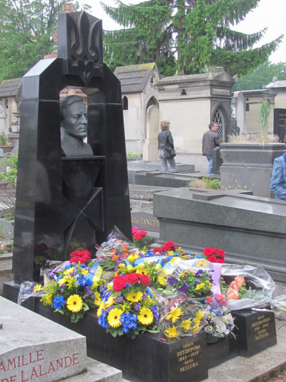 Могила Симона Петлюри на кладовищі Монпарнас у Парижі