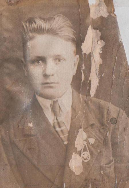 Микола Лаврінович Савченко,  бл. 1940 року. – світлина із архіву Олександра Панченка
