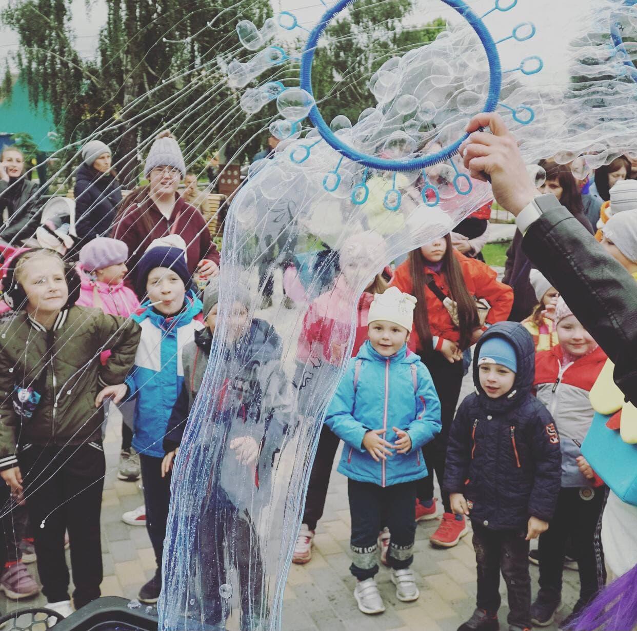 Діти розважаються на селищному святі в Опішні
