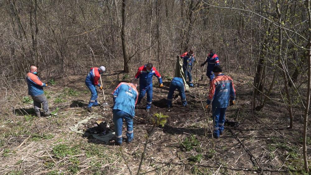У Яхниках працівники ПрАТ «Природні ресурси» допомогли прибрати звалище