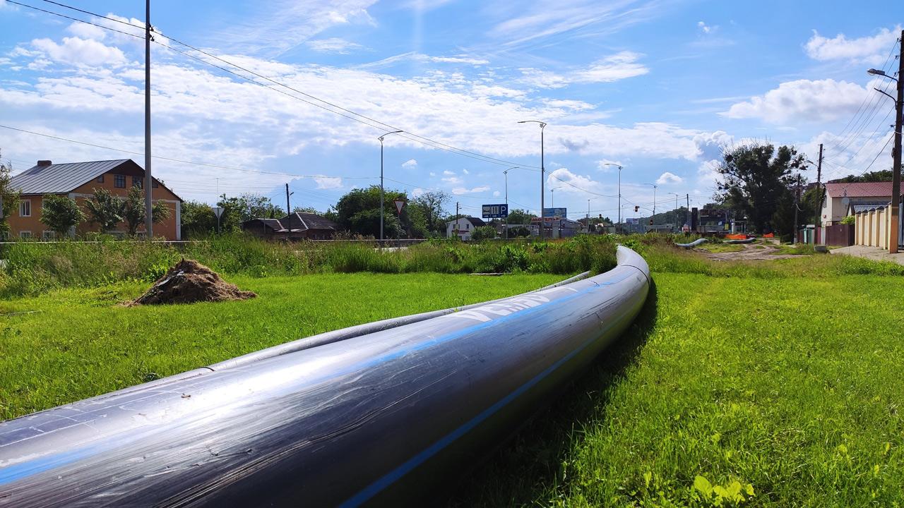 Пластикова труба прокласти пластикова труба, яку покладуть під трасою на вулиці Європейській