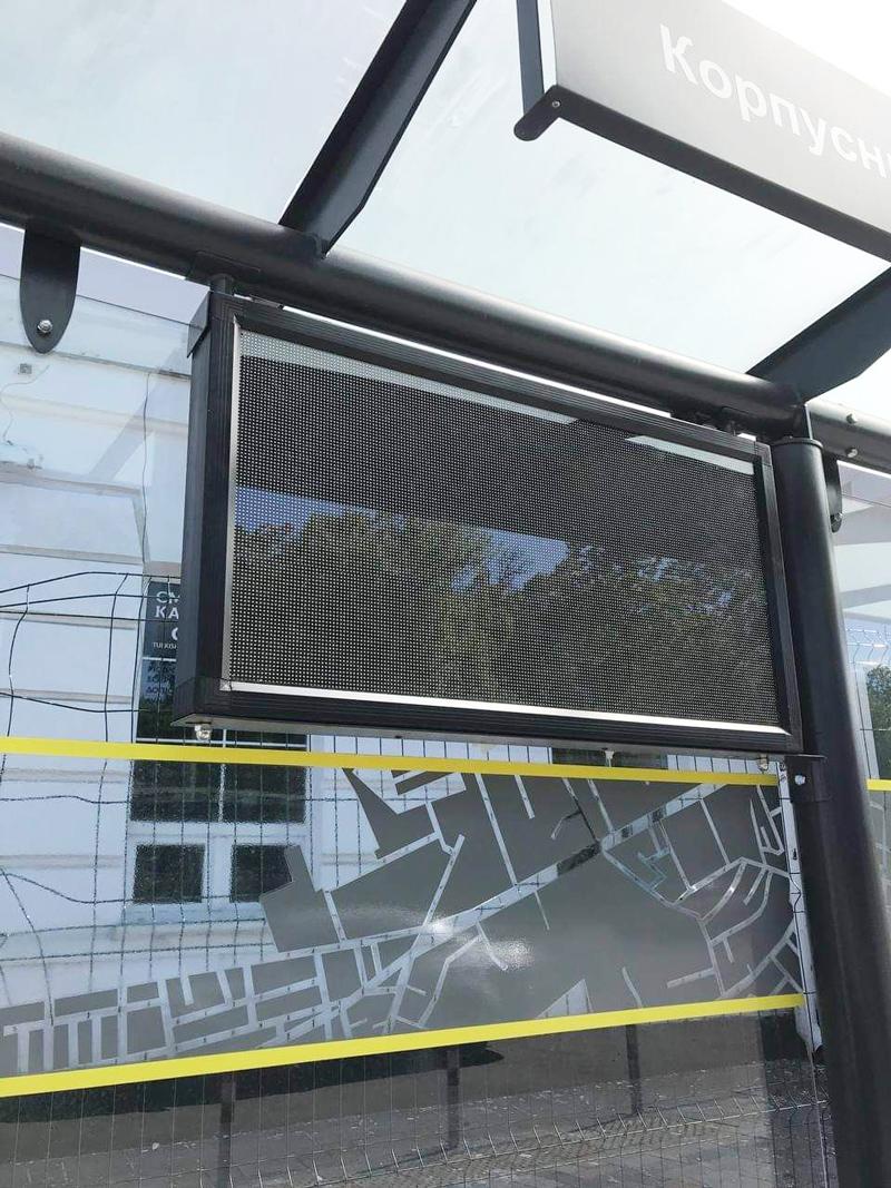 Антивандальний екран на новій зупинці, який може транслювати інформацію про рух транспорту