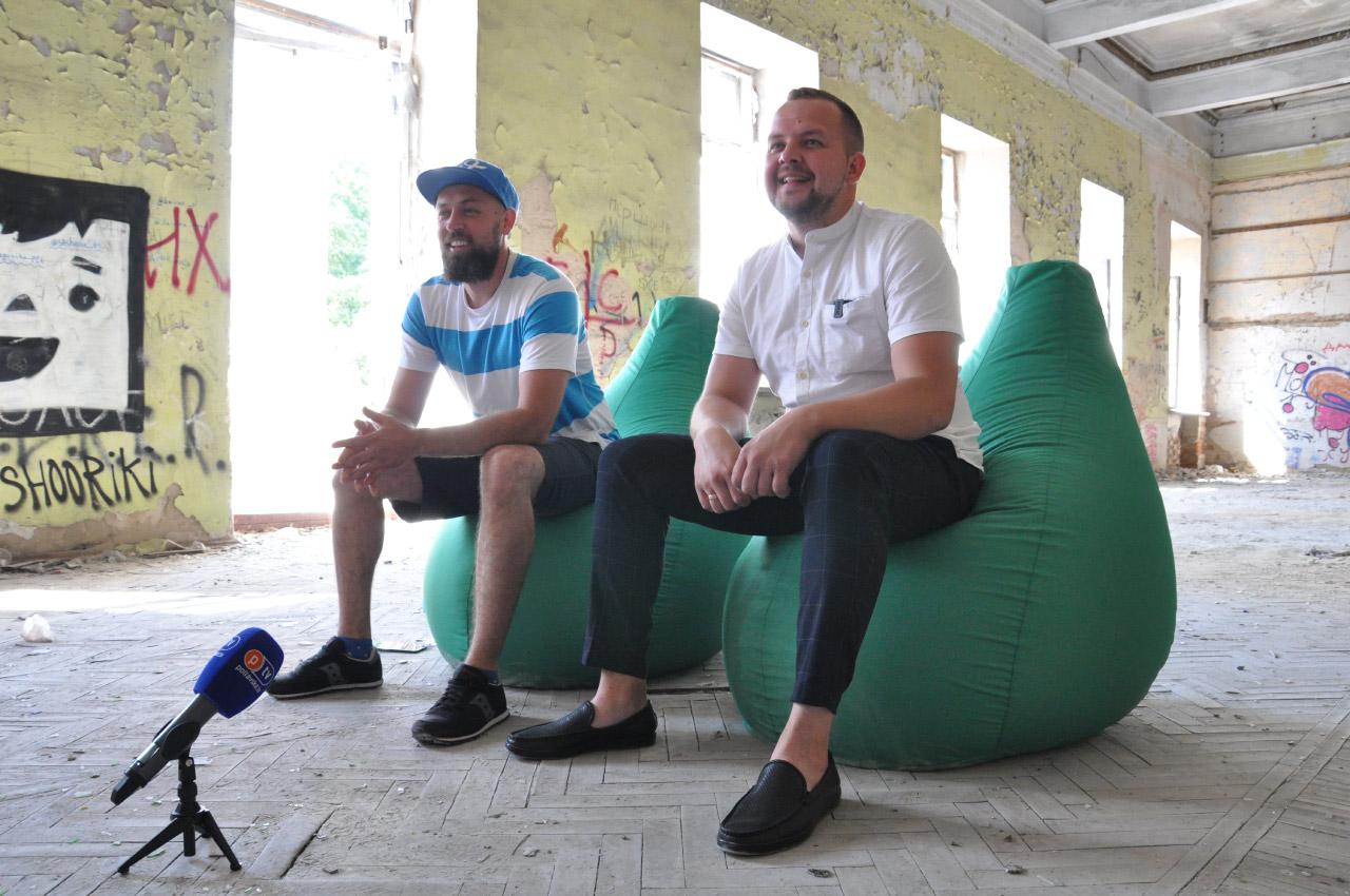 Дмитро Нальотов та Андрій Боблях у будівлі Кадетського корпусу   Липень 2019 року