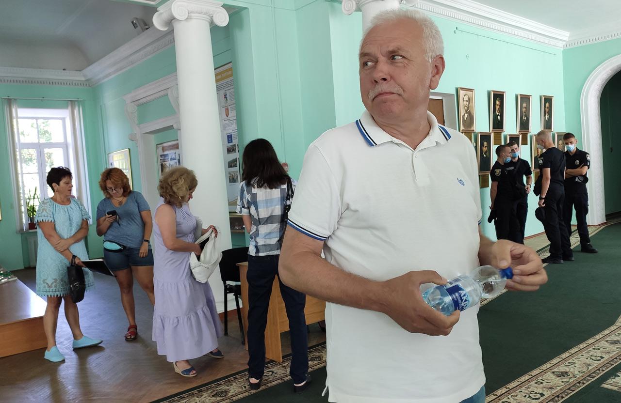 Сергій Іващенко спілкується із журналістами.