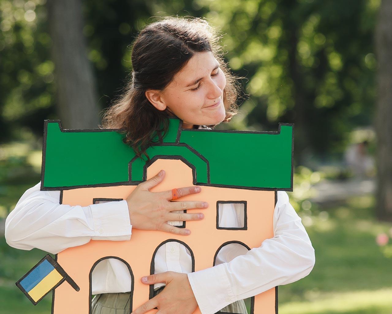 Співзасновниця МІСТОХАБ Наталя Баранник з макетом лого проєкту (фото К. Трегубова)