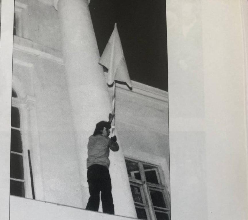 Підняття національного прапора на приміщенні кінотеатру імені І.П. Котляревського. 27.09.1990