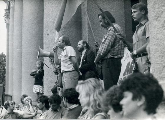 Один із численних мітингів кінця 80-х. Полтава, площа біля театру. Виступає Микола Кульчинський