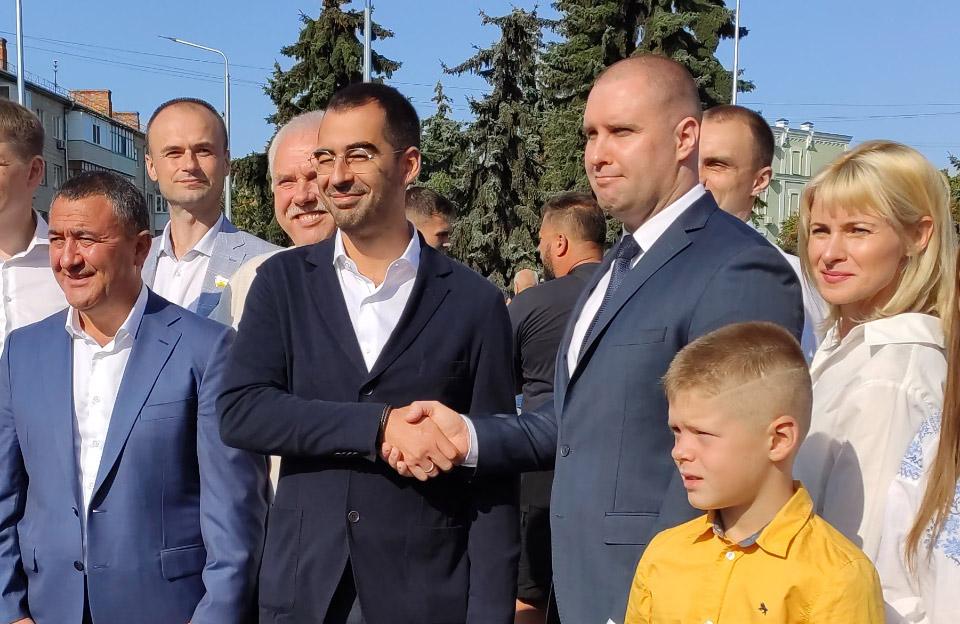 Олександр Трухін та Олег Синєгубов на відкритті 50-метрового флагштоку