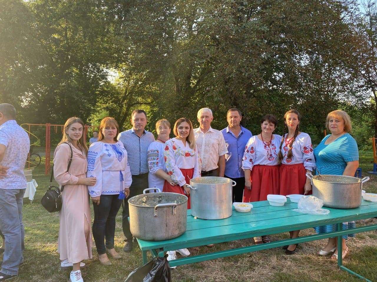 Голова Коломацької ТГ Євген Почечун з мешканцями Василівки