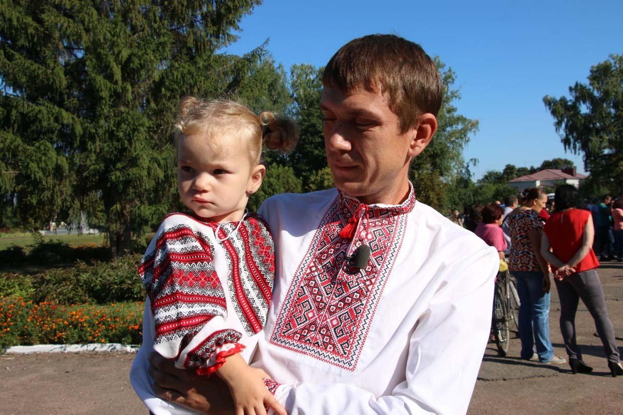 Тато першокласника Дмитра Павло Олешко з молодшою донькою Уляною
