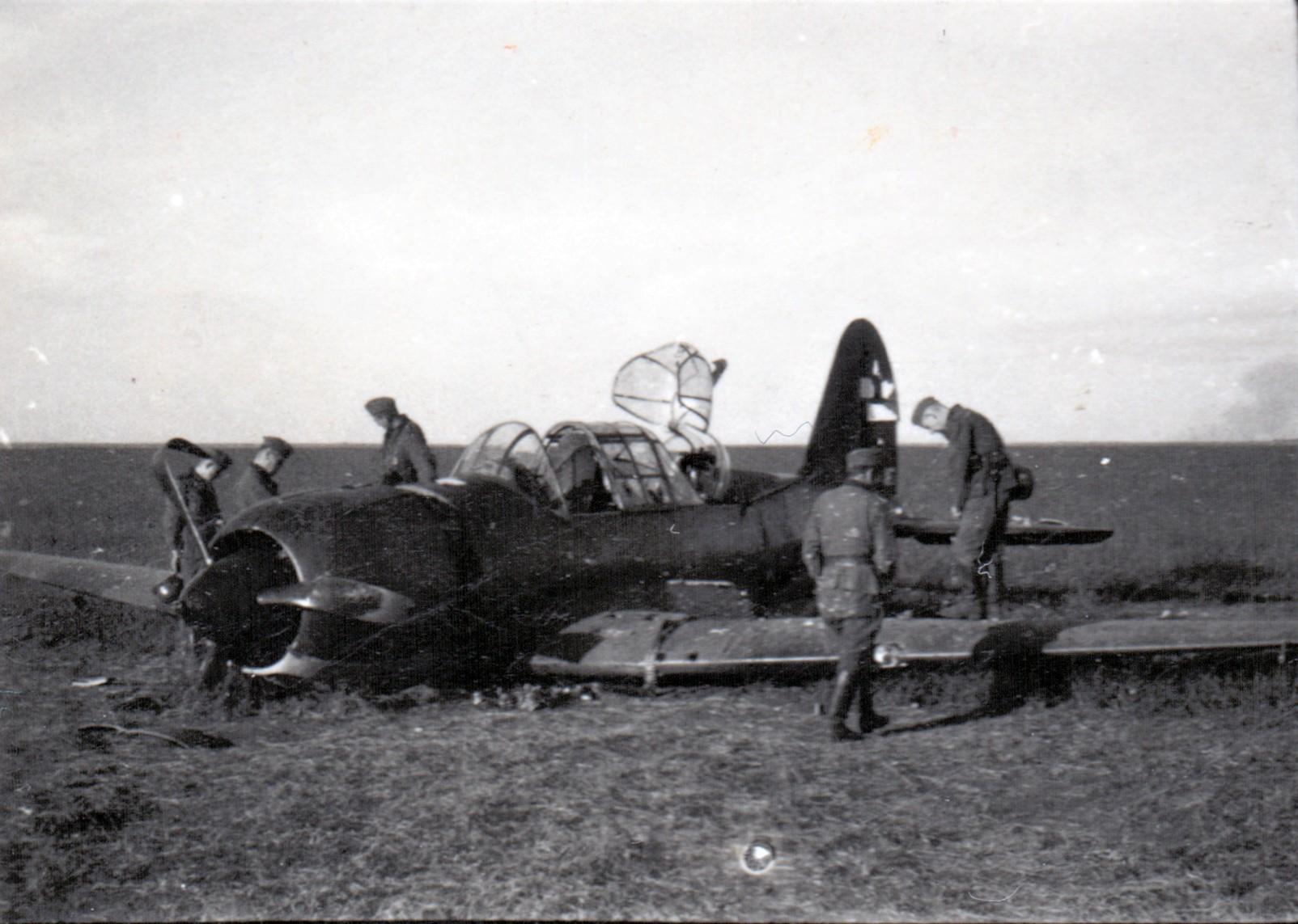Радянський бомбардувальник СУ-2, збитий неподалік Кобеляк. Чинейого бачив 11 вересня Я.М.Романко? Фото із зібранняМ. Милько. Публікується вперше.