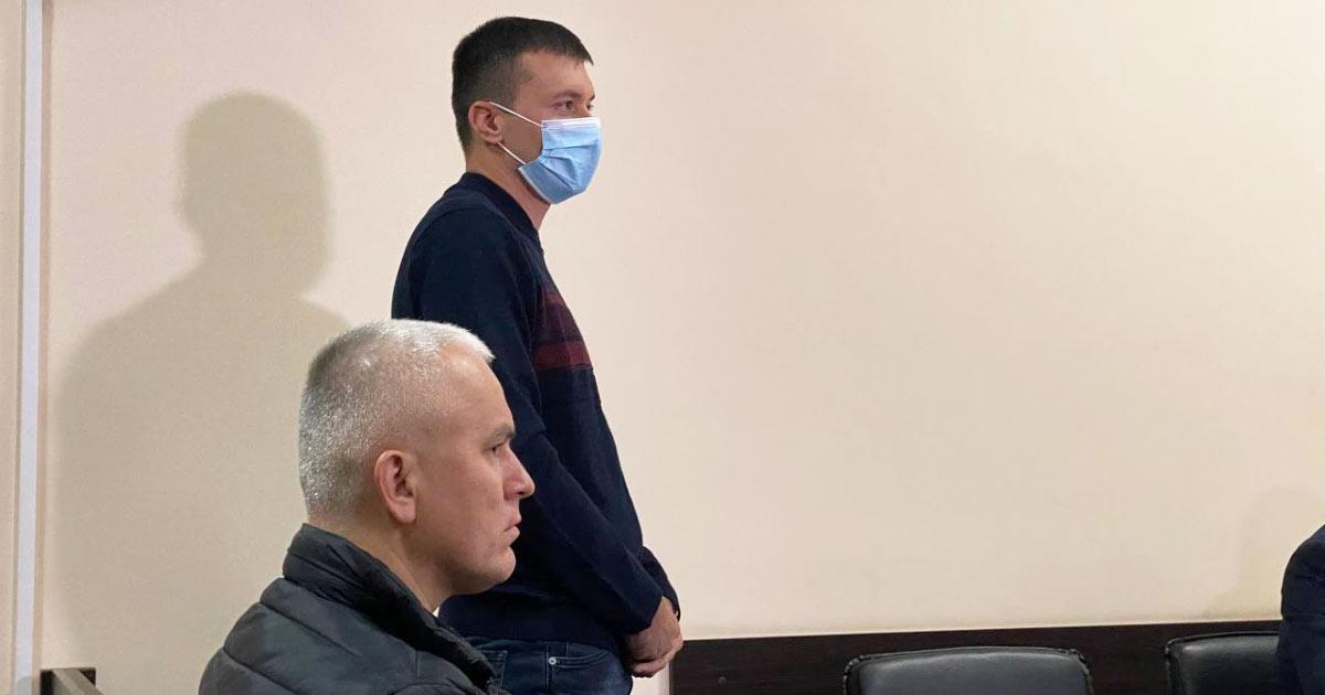 Потерпілий Іван Сасін (праворуч) та його адвокат