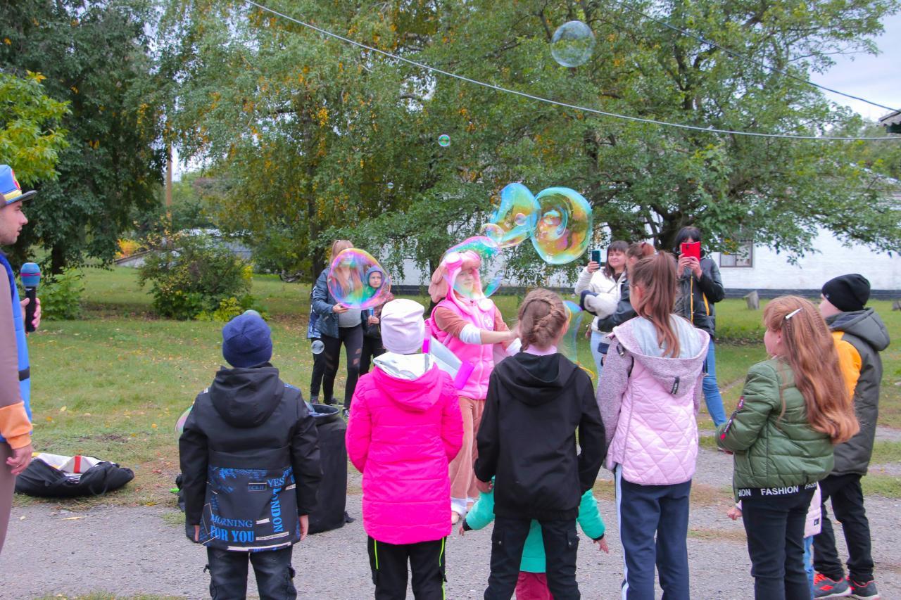 Для наймолодших мешканців Сонячного організували шоу мильних бульбашок та веселі конкурси
