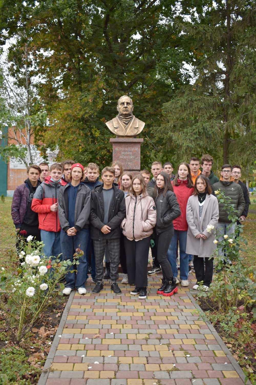 Школярі біля памятника Остроградському у Козельщині