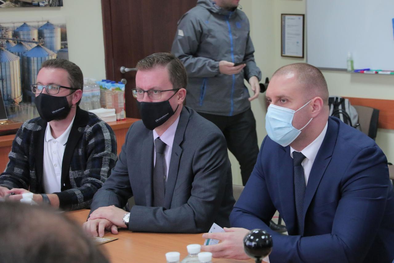 Виконавчий директор UkraineInvest Сергій Цівкач (по центру) та голова Полтавської ОДА  Олег Синєгубов слухають презентацію проєкту
