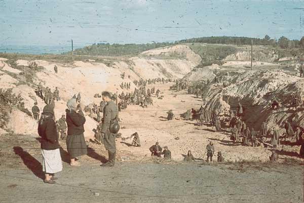Військовополонені засипають землею ділянку Бабиного Яру де лежать розстріляні євреї. Фото Йоганнес Хелле, жовтень 1941 року