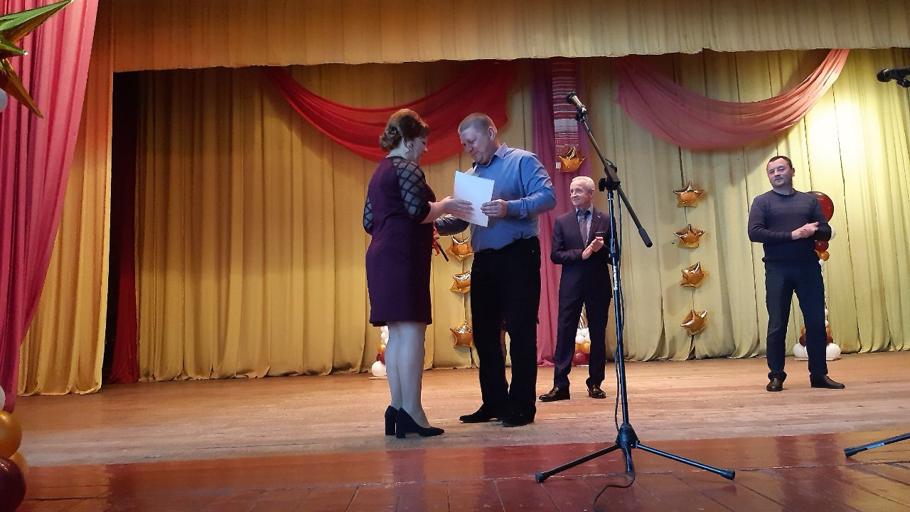 Заступник голови громади Дмитро Сокирко вручає освітянам почесні грамоти