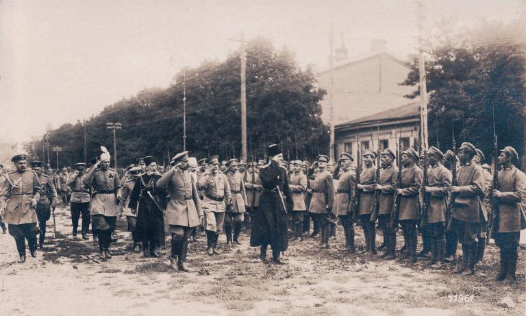 Гетьман Скоропадський зі штабом оглядає Сірожупанну дивізію. Серпень 1918 року
