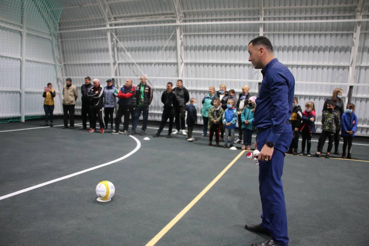 Очільнику Коломацької громади доручили право першого удару по футбольних воротах