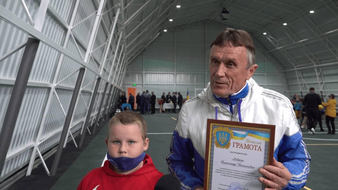 Третьокласник Коломацької ЗОШ Роман Нос та головний спеціаліст фізичної культури, молоді і спорту Олександр Лаврик